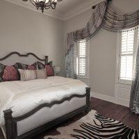 Laulāto guļamistabā gaiši pelēkas sienas