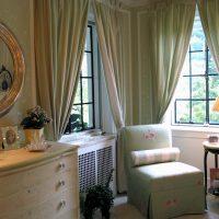 Atzveltnes krēsls klasiskā stila guļamistabas stūrī
