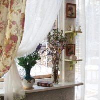 Vāzes ar savvaļas ziediem uz palodzes