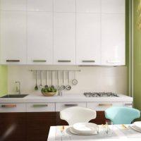 Décoration murale verte dans une petite cuisine