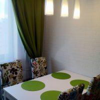 Serviettes vertes sur la table à manger