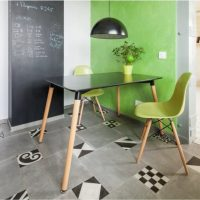 Table et chaise sur pieds en bois