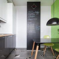 Mur d'ardoise à l'intérieur de la cuisine