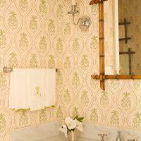 Papier peint rose-vert dans la salle de bain