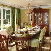 Table brune de style classique