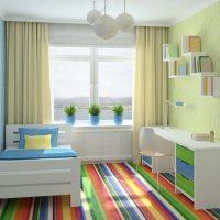 Chambre d'enfants avec plancher rayé