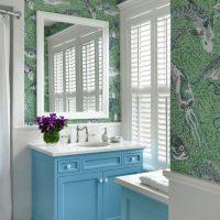 Stores sur les fenêtres de la salle de bain dans une maison de campagne