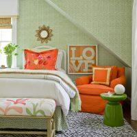Fauteuil orange dans une chambre d'enfants