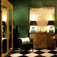 Éclairage dans une pièce sombre avec du papier peint vert