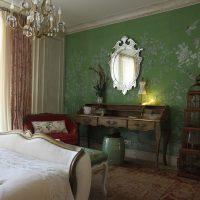 Berceau dans une chambre à la décoration classique