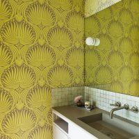 Papier peint vinyle sur les murs de la salle de bain