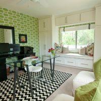 Coussins verts sur un canapé blanc