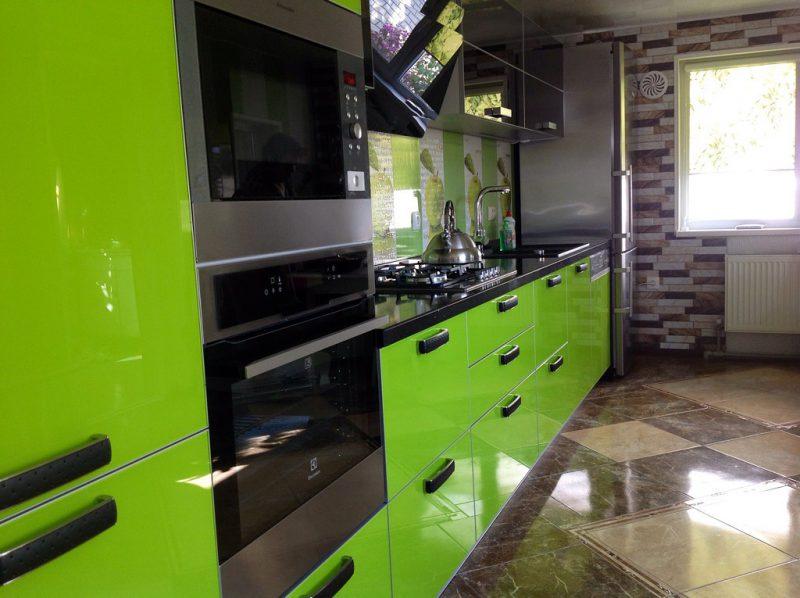 La surface brillante du sol en céramique dans la cuisine d'une maison à panneaux