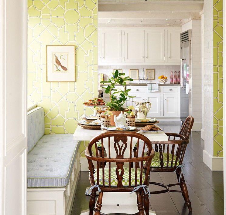 Papier peint vert avec des motifs géométriques sur les murs de la cuisine