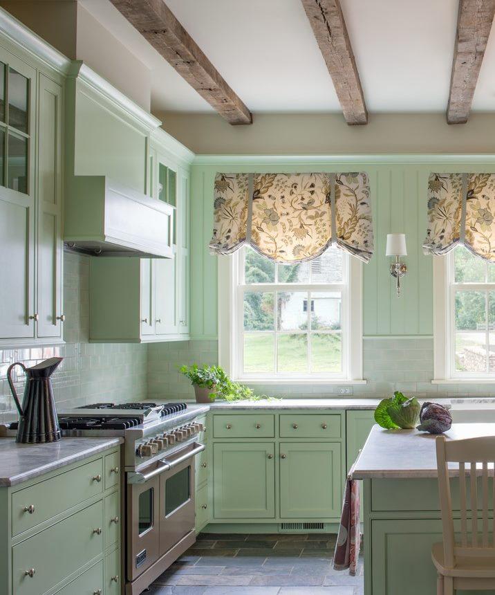 Virtuves-ēdamistabas interjers ar Londonas aizkariem