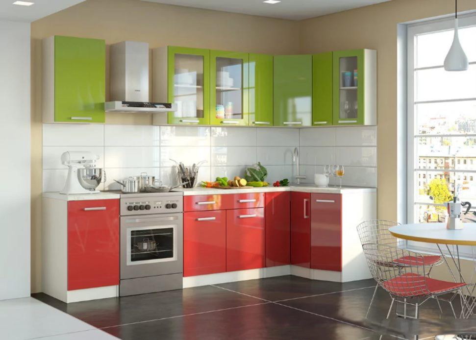 Set de cuisine rouge-vert dans une pièce lumineuse