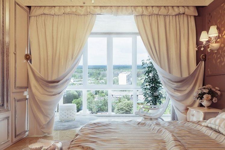 Spilgti itāļu aizkari uz panorāmas loga
