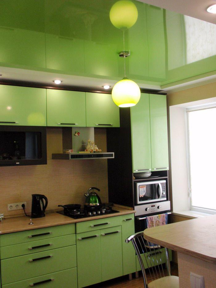 Miroir plafond suspendu dans la cuisine avec un ensemble vert