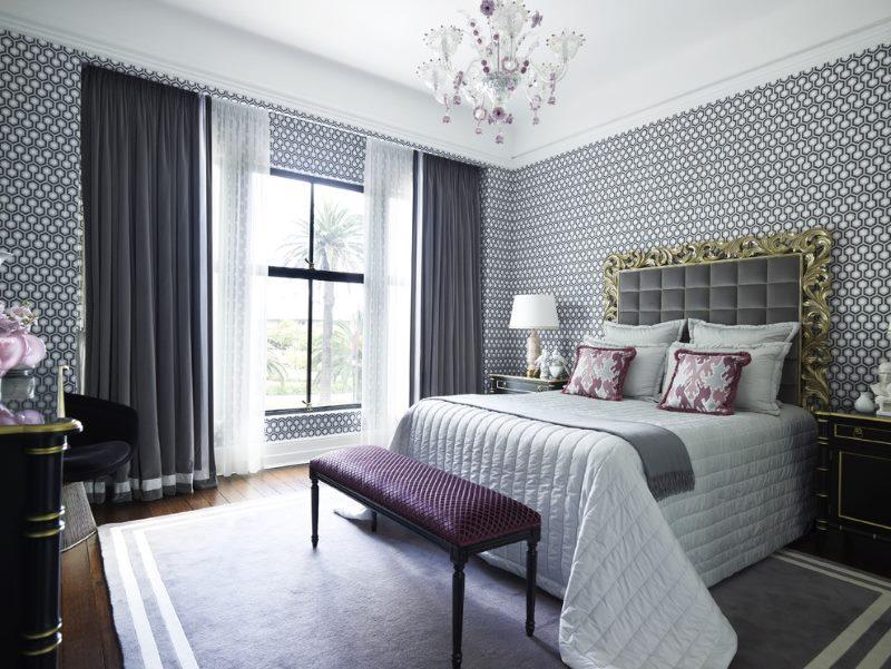 Tumši aizkari modernisma stila guļamistabā