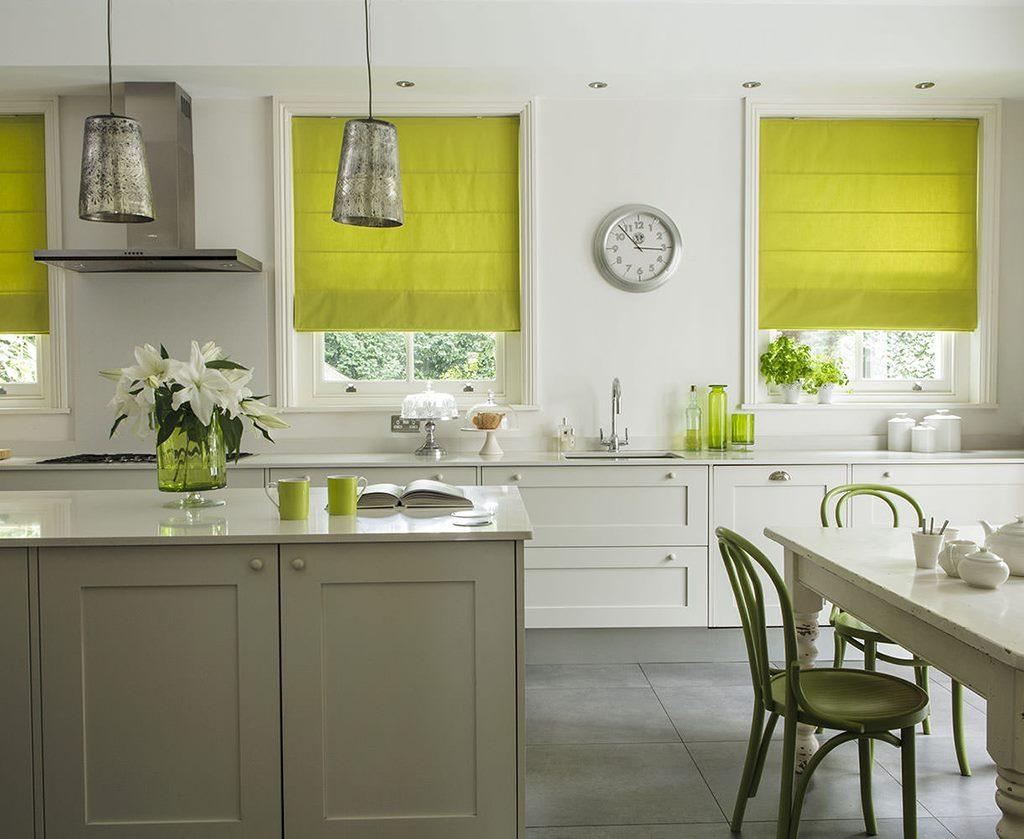 Rideaux vert clair à l'intérieur de la cuisine d'une maison de campagne