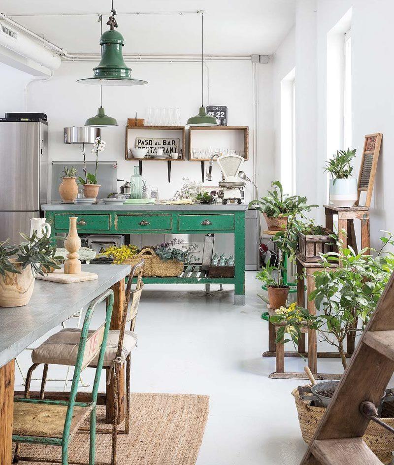 Table verte dans une cuisine rustique