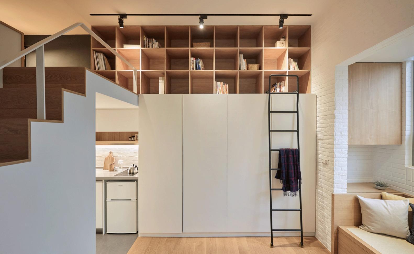 Bibliothèque ouverte sur la mezzanine dans la salle commune.