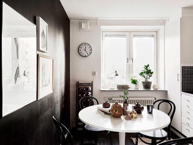 Table à manger blanche près du mur noir