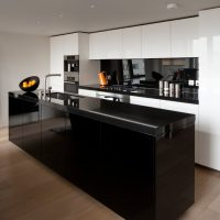Îlot de cuisine noir sur le sol marron