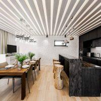 Plafond côtelé dans la cuisine