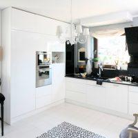 Un lavabo devant une fenêtre de cuisine dans une maison privée