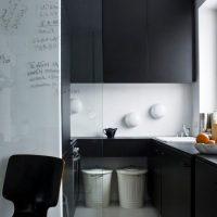 Design minimaliste d'une petite cuisine