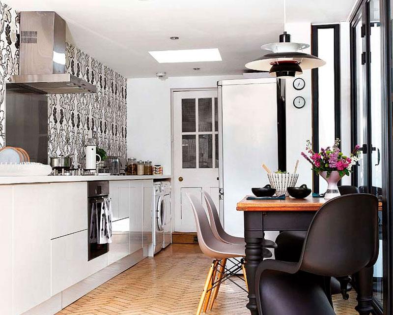 Chaise noire dans une cuisine blanche