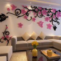 Tilpuma poliuretāna sastāvs uz viesistabas sienas