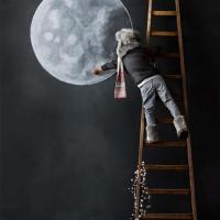 Zēns zīmē mēness uz savas istabas sienas