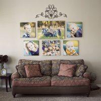 Simetrisks fotoattēlu izkārtojums virs dīvāna