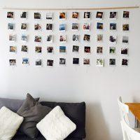 Balta siena ar fotogrāfijām uz koka dēļa