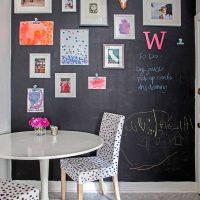 Šīfera siena ar gleznām un fotogrāfijām