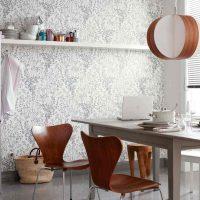 Balts plaukts pie sienas ar krāsainām tapetēm