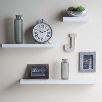 Sienu dekorēšana ar vienkāršiem plauktiem