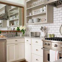 Spogulis virs virtuves izlietnes un atvērtie plaukti