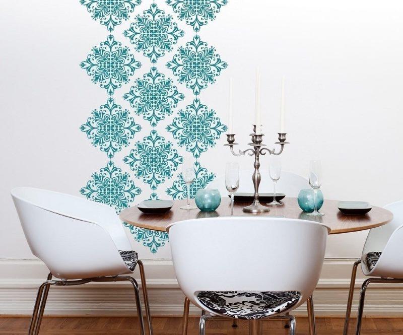 Tirkīza ornaments uz baltas sienas