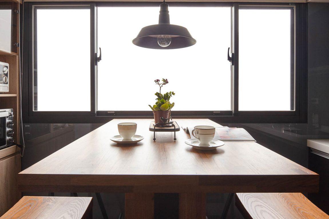 Fából készült asztal stúdió apartmanban
