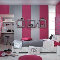 Chambre d'enfant avec papier peint combiné