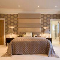 Couvre-lit gris sur la chambre matrimoniale
