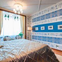 Rayures horizontales de moulures sur le mur de la chambre