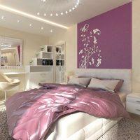 Couvre-lit lilas avec ornement blanc