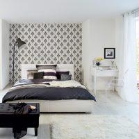 Couvre-lit noir sur un lit blanc