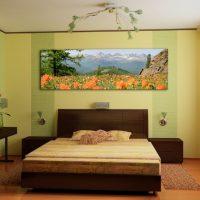 Peinture avec des paysages naturels sur la tête du lit