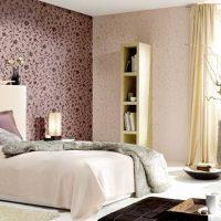 Couvre-lit gris avec drap de lit beige