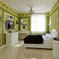 Mobilier blanc dans une pièce aux murs verts